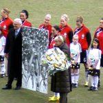 Volker Hildebrandt, Birgit Prinz erhält ihr Bild zum 200. Länderspiel gegen Nord-Korea am 17.2.2010 in Duisburg